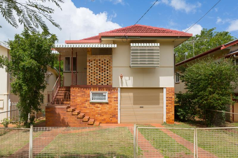 LARGE FAMILY HOME EAST OF OXLEY!