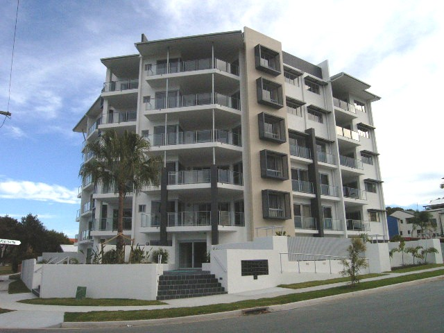 MODERN UNIT IN THE HEART OF REDCLIFFE!