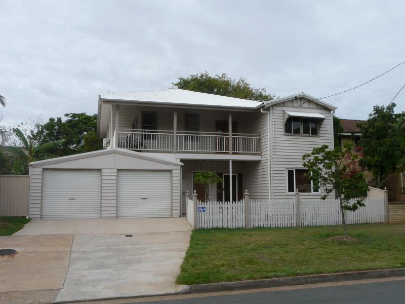 LARGE FAMILY HOME WALKING DISTANCE TO SANDY BEACH -